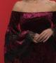 Βελούδινο φόρεμα με ανοιχτούς ώμους και δαντέλα στα μανίκια