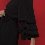 Φόρεμα με oversized μανίκια και ανοιχτούς ώμους